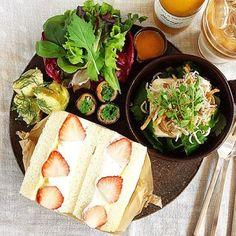 苺サンドとお豆腐サラダの組み合わせをこんなに素敵に見せられるのはYoshidaさんしかいません。