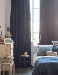ložnice, textilie v modré a bílé, záclony ze stropu