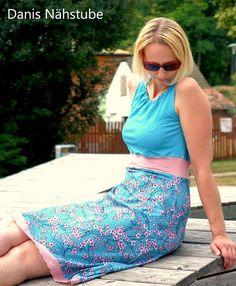 Schnittmuster für ein luftiges Sommerkleid, mit Kappärmeln, oder ohne. Der Halsbereich wird mit einem Gummi gerafft, ein Taillenband hebt deine Taille optimal hervor. Als Knielanges- oder Maxikleid. Viel Spaß beim Nähen!