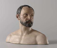 Johan Gregor van der Schardt | Self-portrait, Johan Gregor van der Schardt, c. 1573 | Zelfportret in de vorm van een buste, van witbakkende terracotta en polychrome beschildering. Het portret heeft ontblote schouders en een zijwaarts gericht gelaat.  Op de achterzijde een etiket met in rood-bruine inkt: JEAN DE BOULOGNE/COLLECTION PAUL DE PRAUN met het nummer 296.