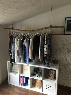schwebende kleiderstange aus einem ast und ein einfaches regalsystem aus alten schrankt ren. Black Bedroom Furniture Sets. Home Design Ideas