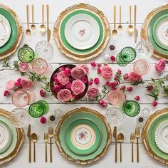 Daydreaming about extravagant table settings thanks to @casadeperrin - who would you invite for your dream dinner? 💚💗
