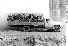Candangos a caminho do canteiro de obras – Foto de Senado/ Construção de Brasília