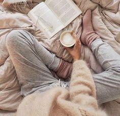 hygge calça de moletom, blusão de lã e xícara de café Cozy Aesthetic, Aesthetic Outfit, Lazy Day Outfits, Stylish Outfits, School Outfits, Foto Casual, Coffee And Books, Lazy Days, Photo Instagram