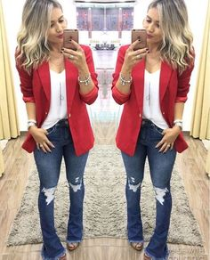 Look com blazer Look flare jeans, white t-shirt, red elongated blazer and sandal. Tumblr Outfits, Jean Outfits, Cool Outfits, Casual Outfits, Casual Shoes, Blazer Fashion, Fashion Outfits, Womens Fashion, Fashion Trends