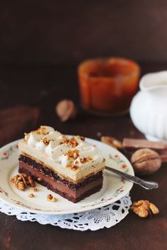 Chocolate cake, caramel cream with nuts and pralines / chocolate and entremet… Best Salad Recipes, Chef Recipes, Praline Chocolate, Chocolate Cake, Entremet Recipe, Biscuits, No Bake Treats, Cake Shop, Fancy Cakes