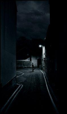 Aprovechar la luz de la calle, farolas y demás, también distancia del objeto a la cámara para dar misterio