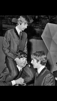 Ringo Starr, Paul McCartney, and George Harrison Beatles Funny, Beatles Love, Les Beatles, Beatles Photos, Beatles Guitar, Beatles Art, Ringo Starr, Paul Mccartney, Rock Music