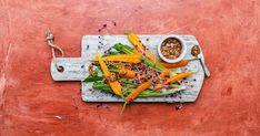 Feine Karotten sowie Lauch, in Alufolie auf dem Grill gegart, sind mit einer Nuss-Knoblauch-Sauce nicht nur eine tolle Beilage, sondern auch ein veganes Gericht. Aquafaba, Banane Plantain, Allergies, Lime Juice, Roasted Garlic, Roasted Sweet Potatoes, Carrots, Recipes, Aluminium Foil
