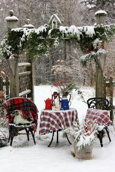 Outdoor winter party ideas: Table for two tea set up . Outdoor winter party ideas: Table for two tea set up Noel Christmas, Country Christmas, Outdoor Christmas, Winter Christmas, Simple Christmas, Winter Snow, Tartan Christmas, Christmas Nails, Winter Parties