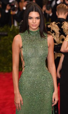 Piersi Kendall na gali MET Kendall Jenner Dress, Mannequins, Poses, Couture Fashion, Green Dress, Dress To Impress, Prom Dresses, Celebs, Fashion Outfits