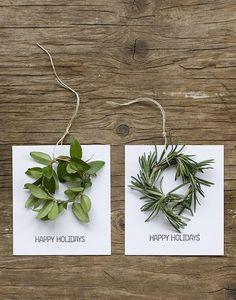 Tarjetas para diferentes ocasiones, confeccionadas con hojas de plantas o árboles y ramitas secas o soga.