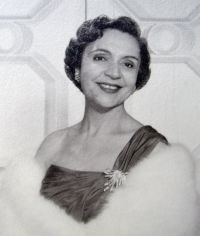 Four days later André received a letter from her husband, stationed in Guantanamo Bay, Cuba, saying that Spanish pianist Amparo Iturbi (1898-1969) had given a Chopin recital at the USO and as she was playing he had visualized Pauline playing the Fantaisie-Impromptu.