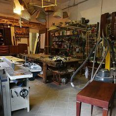 A volte aperti anche di domenica solo per il piacere di star qui...  Esistono tantissimi negozi di design e modernariato a milano ma pochi hanno un laboratorio interno di restauro ed uno di tappezzeria belli come i nostri!!  Modestamente! 😎 #magazzino76 #Spaziostudio78 #viapadova #Milano #nolo #M76 #modernariato #antiquariato #vintage #legno #tavolidafalegname #restauri #restauroantichita #restauromobili #guarniture design #vintageinnolo #tavolodalavoro #furniture #mobili #tavoli #table