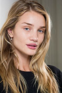Rosie huntington whiteley without makeup Rosie Huntington Whiteley, Rosie Whiteley, Beauty Make-up, Beauty Hacks, Hair Beauty, Vogue Beauty, Beauty Tips, Hair Inspo, Hair Inspiration