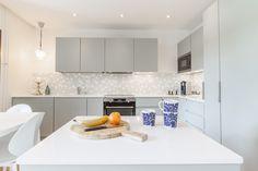 L-KEITTIÖ KUVIA 5 – Puustellin Keittiögalleria Kitchen Cabinets, Table, Furniture, Instagram, Home Decor, Decoration Home, Room Decor, Cabinets, Tables