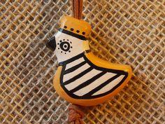 """Papier Mâché------ Colar de papel machê modificado, fórmula própria, com pintura feita à mão.    Acessório inspirado na beleza da arte indígena do Brasil com o tema Uirapuru.  UIRAPURU  O Uirapuru é um pássaro que voa muito rápido pelas copas das árvores da Floresta Amazônica .Possui um canto extremamente melodioso, parecido com o som de uma flauta que encanta a todos. No Norte do Brasil comentam : """"aquele que ouvir o canto do ..."""