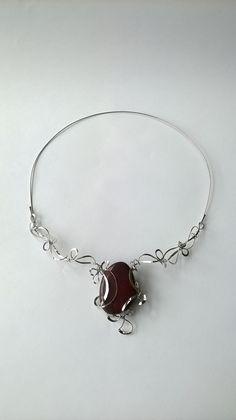 """Náhrdelník+HRD11+""""Okouzlující+červený+jaspis""""+Autorský+šperk.+Originál,+který+existuje+pouze+vjednom+jediném+exempláři+z+romantické+edice+variací+na+květy.+Vyniká+svou+lehkostí,+kouzelným+prostorovým+tvarem+a+elegancí+čisté+linie.+Náhredlník+je+celý+vyroben+ručně.+Tepaný,+ohýbaný,+tvarovaný+z+chirurgických+drátů+o+třech+různých+tloušťkách.+Ocelové+REDA..."""