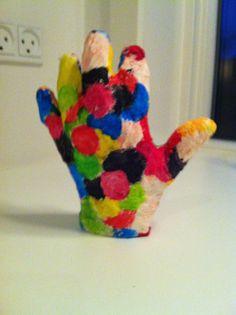 Jeg har lavet min egen hånd i papmache vis i også kunne tænke jer at lave jeres egen hånd skal i bruge : papmache og maling held og lykke