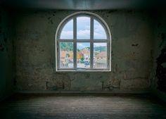 Okno w obskurnym pokoju