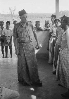 Tentara Belanda memakai kain sarung. Maret 1949