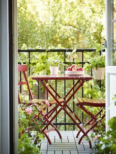 Balcony seating is now open for the season! Add a pop of color to your backyard, patio or outdoor space with IKEA MÄLARÖ table and chairs. ähnliche tolle Projekte und Ideen wie im Bild vorgestellt findest du auch in unserem Magazin . Wir freuen uns auf deinen Besuch. Liebe Grüße