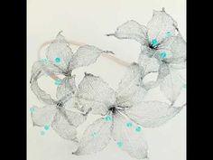 Tocado Mamá moldeado con metal para una madrina especial.    Era madrina y de todas las técnicas artesanas con las que trabajo las flores metálicas le enamoraron, así que para ella moldee estás flores en tono plata como sus sandalias y azul como su vestido.   Os muestro tocado que la acompaño en todo momento y luego os enseñaré el bolso a juego que realicé.  Una auténtica joya , delicada, elegante, nada exagerada y original.  ¿Qué os parece ?