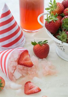 Boozy Strawberry Snow Cones from @sugarandcharm