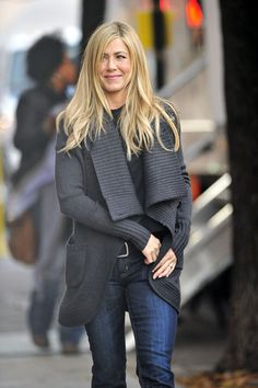 """Jennifer Aniston leaves her trailer on the set of the upcoming comedy film """"Wanderlust"""". The actress let her hair down and at one point waved to photographers, exposing part of her stomach. Jennifer Aniston Style, Jennifer Aniston Photos, Jennifer Aniston Wanderlust, Jeniffer Aniston, Cowgirl Style Outfits, Looks Jeans, Color Rubio, Corte Y Color, Winter Tops"""