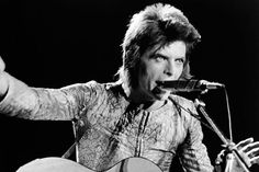 """<B> 13. 'Suicídio Rock'N'Roll' (1972) </ b>. A faixa de encerramento sobre """"Ziggy Stardust"""" foi uma das músicas que realmente montados o 'conceito' solto sensação do LP. Bowie narrou queda final de Ziggy de graça, rasgado em pedaços por seus acólitos febris. O melodrama da história se reflete na música, um grandioso épico teatral, inspirado, de acordo com o próprio Bowie, pelo poeta francês Baudelaire."""