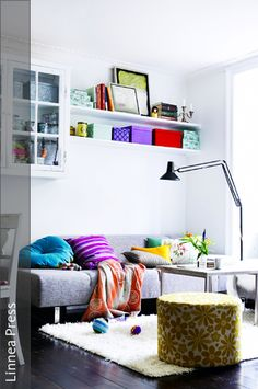 13Wandfläche nutzenWandregale schaffen zusätzlichen Stauraum, schränken die Wohnfläche selbst beim Einrichten jedoch kaum ein. Wer viel Kleinkram besitzt, verstaut diesen am Besten in dekorativen …