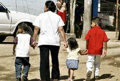 Las mujeres, además de trabajar, se encargan del cuidado de los hijos.