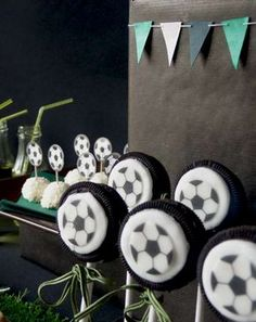 Soccer Oreo pops - They would be cute for a soccer party or soccer birthday party! Soccer Birthday Parties, Soccer Party, Boy Birthday, Soccer Treats, Soccer Snacks, Football Soccer, Cakepops, Soccer Banquet, Soccer Center