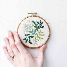 Botanische belaubte grüne Hand Stickerei Hoop Kunst
