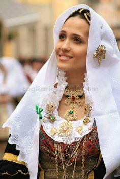 Résultat d'images associées Costumes Around The World, Grown Women, Europe Fashion, Beautiful Costumes, Folk Costume, World Cultures, Traditional Dresses, Beautiful People, Fashion Show