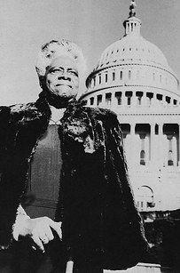 """""""Mary McLeod Bethune foi uma grande educadora e ativista de direitos civis. Ela fundou escolas particulares para crianças afro-americanas quando a educação era negada a elas em outros lugares, fundou o Conselho Nacional das Mulheres Negras e serviu como conselheira para Franklin Delano Roosevelt. Ela trabalhou duro para conscientizar os Estados Unidos sobre as realizações dos negros e foi a única mulher negra presente quando a ONU foi fundada."""