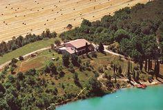 Veduta dall'alto  #veduta #lago #bellavista #natura #relax #relais #attivita #ariaaperta #piante #casa #parco #passeggiata #barca #sole #starbene #benessere #toscana