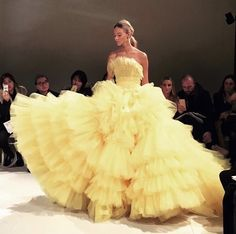 Sasha Luss closing Giambattista Valli Haute Couture - Grace Home Style Couture, Couture Fashion, Runway Fashion, Haute Couture Gowns, 2000s Fashion, Fashion Today, Fashion News, Fashion Trends, Elegant Dresses