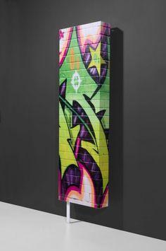 Design schoenenkast Graffiti is een echte eyecather. Metalen schoenenkast biedt ruimte aan ca. 8 paar schoenen. Graffiti is functioneel, trendy en aantrekkelijk. De schoenenkast kun je ook in je badkamer of keuken gebruiken om je spullen op te bergen in deze trendy opbergkast.