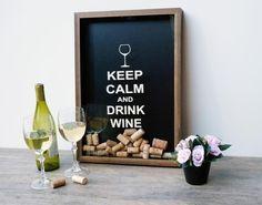 Keep Calm and Drink Wine. Repita como um mantra, no final de um dia cansativo de trabalho. Relaxe e aprecie uma taça de vinho enquanto lê um livro, ouve uma música ou cozinha. As rolhas, colecione-as aqui!