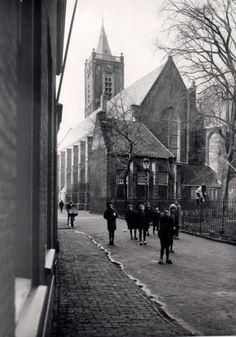 Datering (vanaf): 1929-01-01 Datering tot: 1929-12-31 Beschrijving: De achterzijde van de Grote of St Janskerk voor de restauratie van de toren in 1932, gezien vanaf de hoek van het Oude Kerkhof en het St. Janshofje in de richting van de Nieuwstraat.