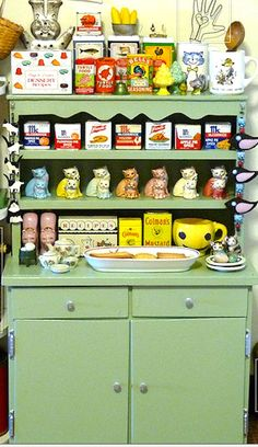 Antique Vintage Decor A really great wood hutch, painted a nice pale jadeite green. a really cute idea. Vintage Display, Vintage Tins, Vintage Shops, Retro Vintage, Vintage Kitchenware, Vintage Stuff, Vintage Kitchen Decor, Vintage Decor, Vintage Furniture