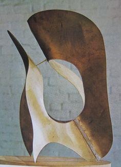 Dit werk van Naum Gabo is in 1960 gemaakt en is van metaal. Het is van elke kant wel te bewonderen en het is mogelijk om er doorheen te kijken.