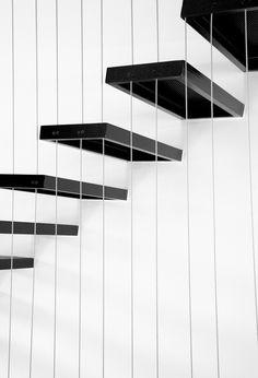 Escalera, zanca sostenida por varillas.