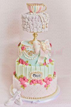 Wedding cake Marie Antoinette. Follow https://www.pinterest.com/FLDesignerGuide/marie-antoinette-inspired-wedding/
