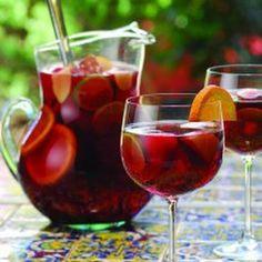 Bebida fresca a base de #VinoTinto y frutas, la #sangría es un aliado para los días de calor.