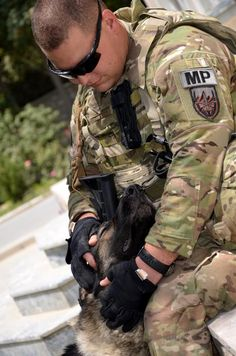 God Bless you can see the love these handlers have for their dogs & vice versa♥Military dog & his handler.God Bless you can see the love these handlers have for their dogs & vice versa♥ Military Working Dogs, Military Dogs, Police Dogs, Military Police, Military Service, Army, Game Mode, German Shepherd Dogs, German Shepherds