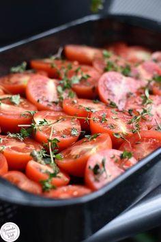 Aus diesen herrlichen Tomaten wird eine tolle Tomatensoße. Ganz einfach im Backofen zubereitet
