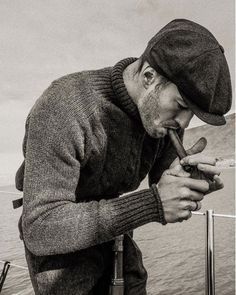 Men who wear a flat cap and men who smoke. Style Indie, Grunge Style, Soft Grunge, Masculine Style, Mode Masculine, Style Outfits, Mode Outfits, Grunge Outfits, 1950s Men