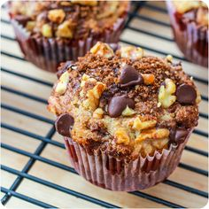 Banana Chocolate Chip Muffins with Cinnamon Streusel.An easy recipe for banana chocolate chip muffins with cinnamon streusel. They are moist, sweet, and full of chocolate, walnuts, and banana flavor. Köstliche Desserts, Delicious Desserts, Dessert Recipes, Yummy Food, Brunch Recipes, Health Desserts, Breakfast Recipes, Banana Recipes, Muffin Recipes